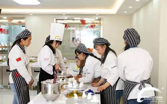 青海新东方烹饪学校-学西点-待遇好